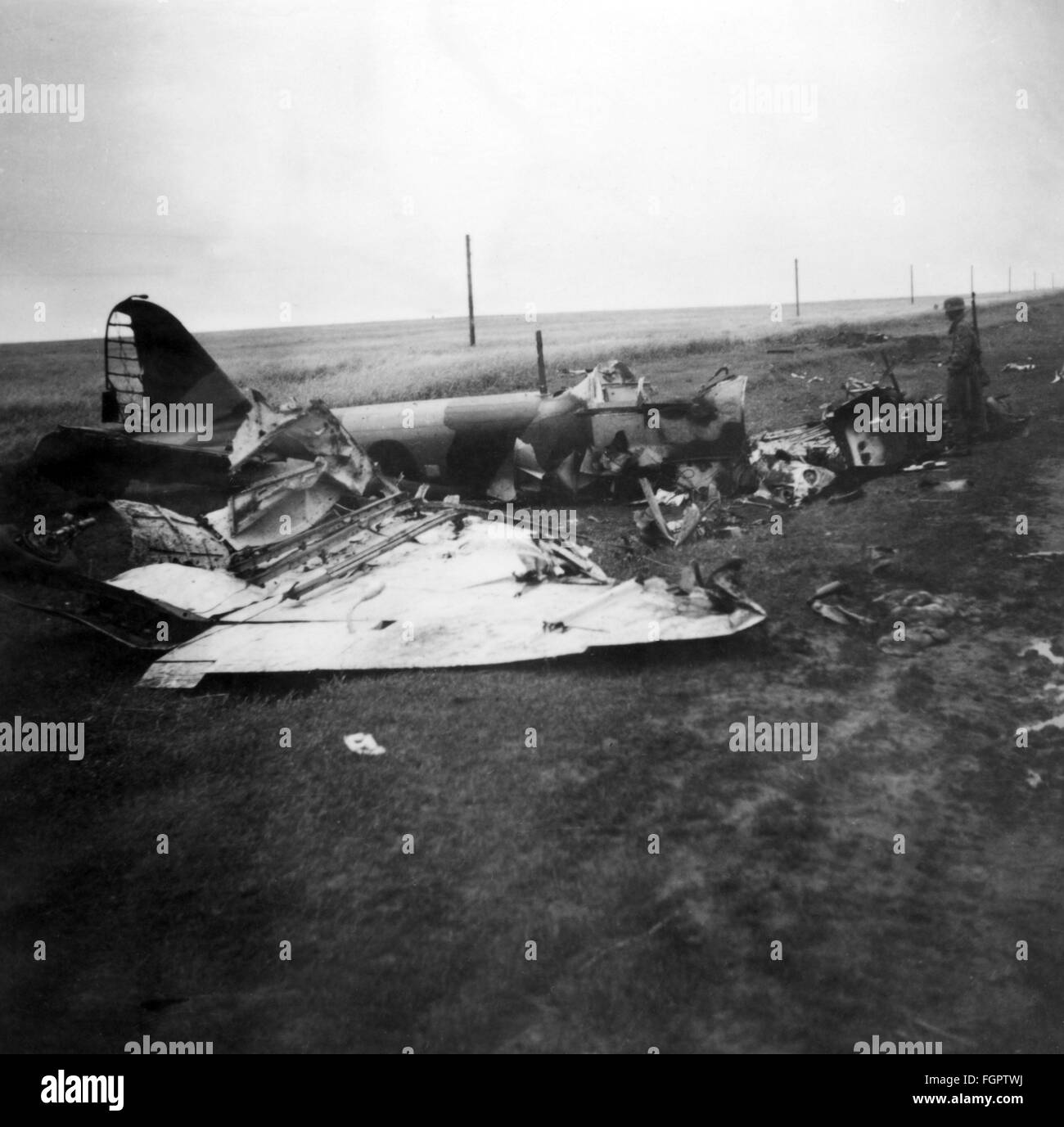 events, Second World War / WWII, aerial warfare, aircraft, crashed / damaged, German soldier standing beside a shot Stock Photo