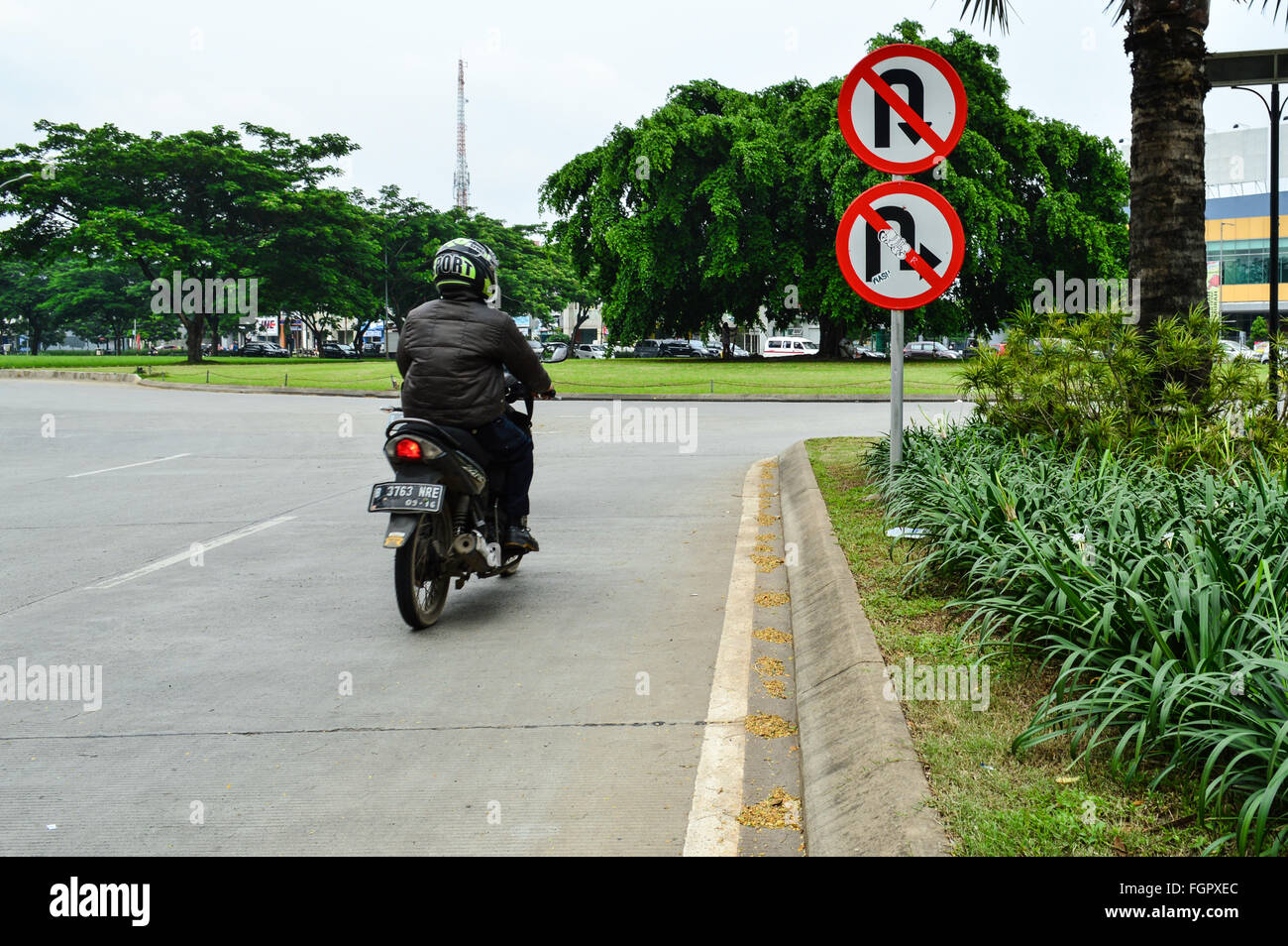 Rider going wrong way in Jakarta, Indonesia - Stock Image