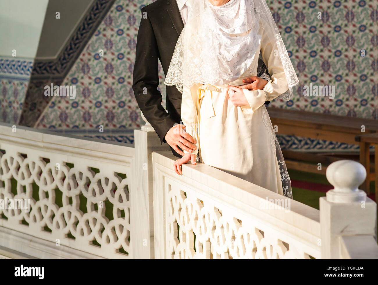 Happy islamic couple posing in front of mosque - Stock Image