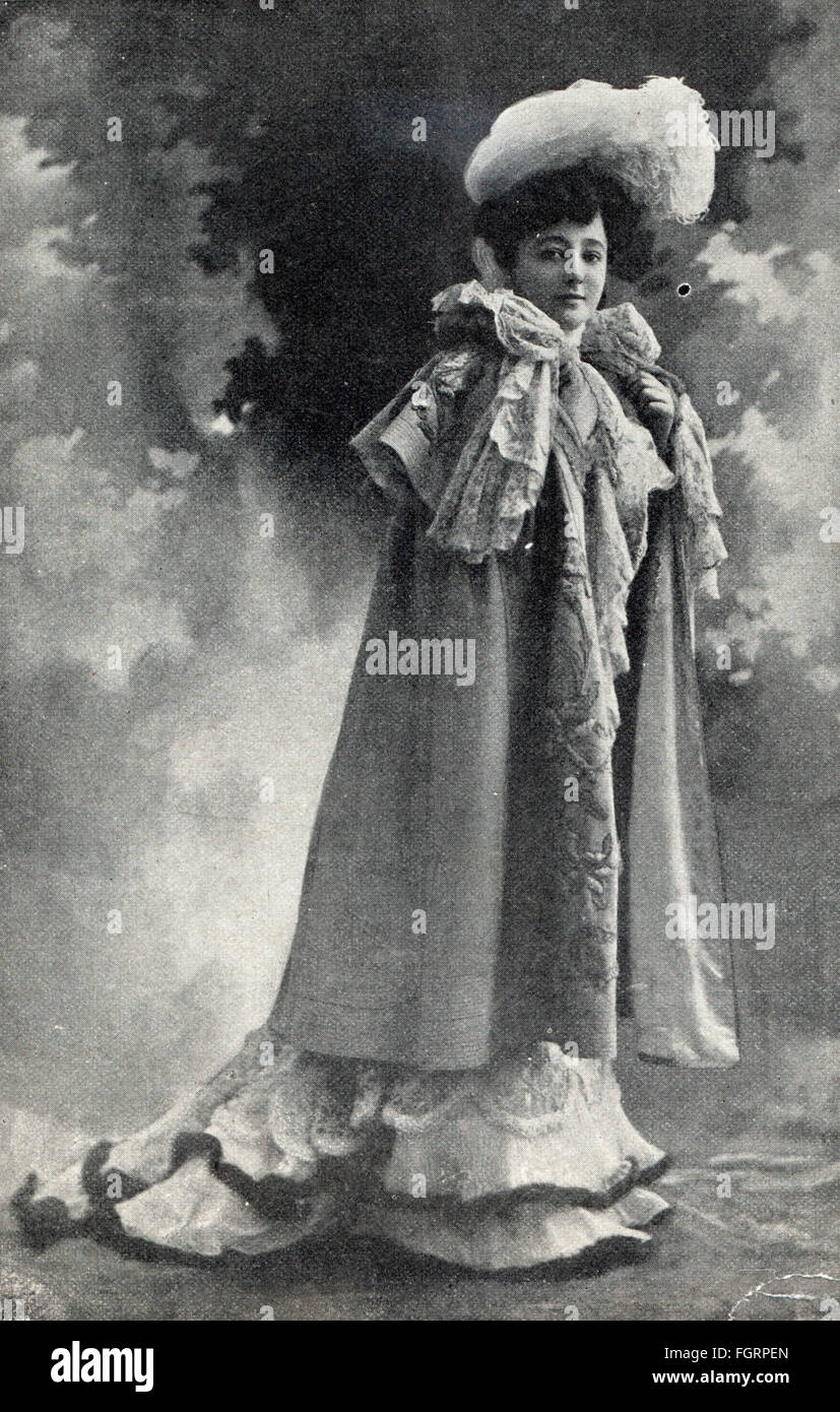 fashion, early 20th century / turn of the century, woman with cape and hat made of tulle with ostrich feather, out - Stock Image