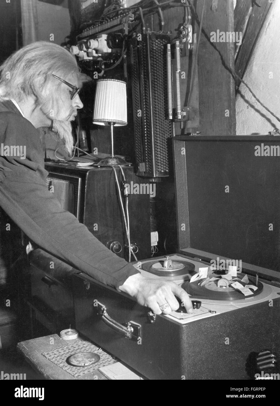 music, audio tape, bring in of music during the dialog breaks in the theatre / theater, Munich, 1952, Additional Stock Photo