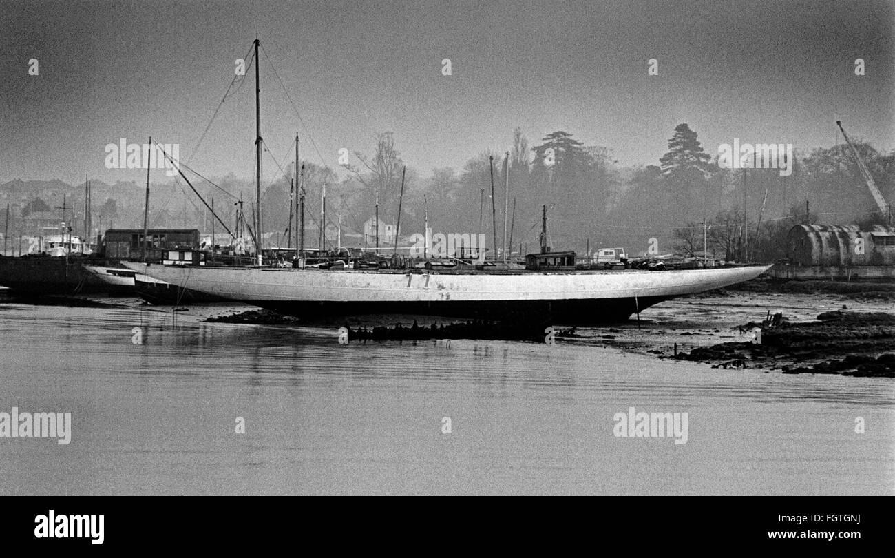 AJAXNETPHOTO. OCTOBER, 1973. HAMBLE RIVER, ENGLAND. - J CLASS RACER HULK - THE J CLASS YACHT VELSHEDA MUDBOUND AT Stock Photo