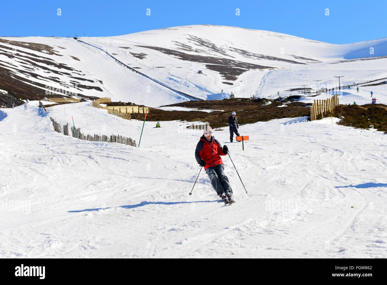 Skiers on downhill run at Cairngorm Mountain Ski Centre, Aviemore, Scottish Highlands, UK - Stock Image