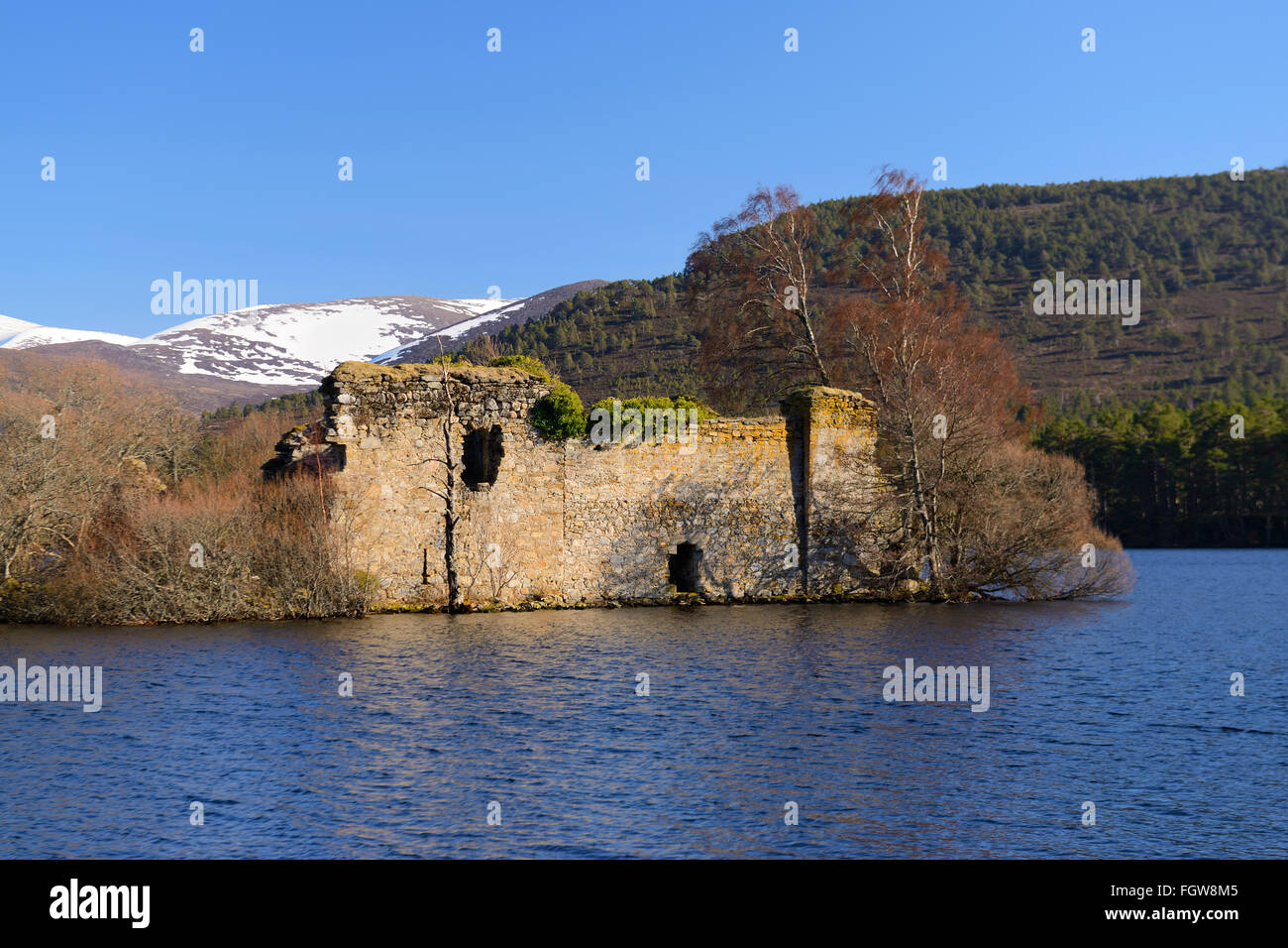 Castle ruins on island on Loch an Eilein, Rothiemurchus Estate, Scottish Highlands, UK - Stock Image