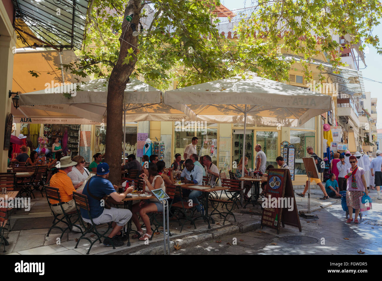Athens, Attica, Greece.  Cafe scene in the Plaka neighbourhood.  Customers enjoying drinks and food at pavement - Stock Image