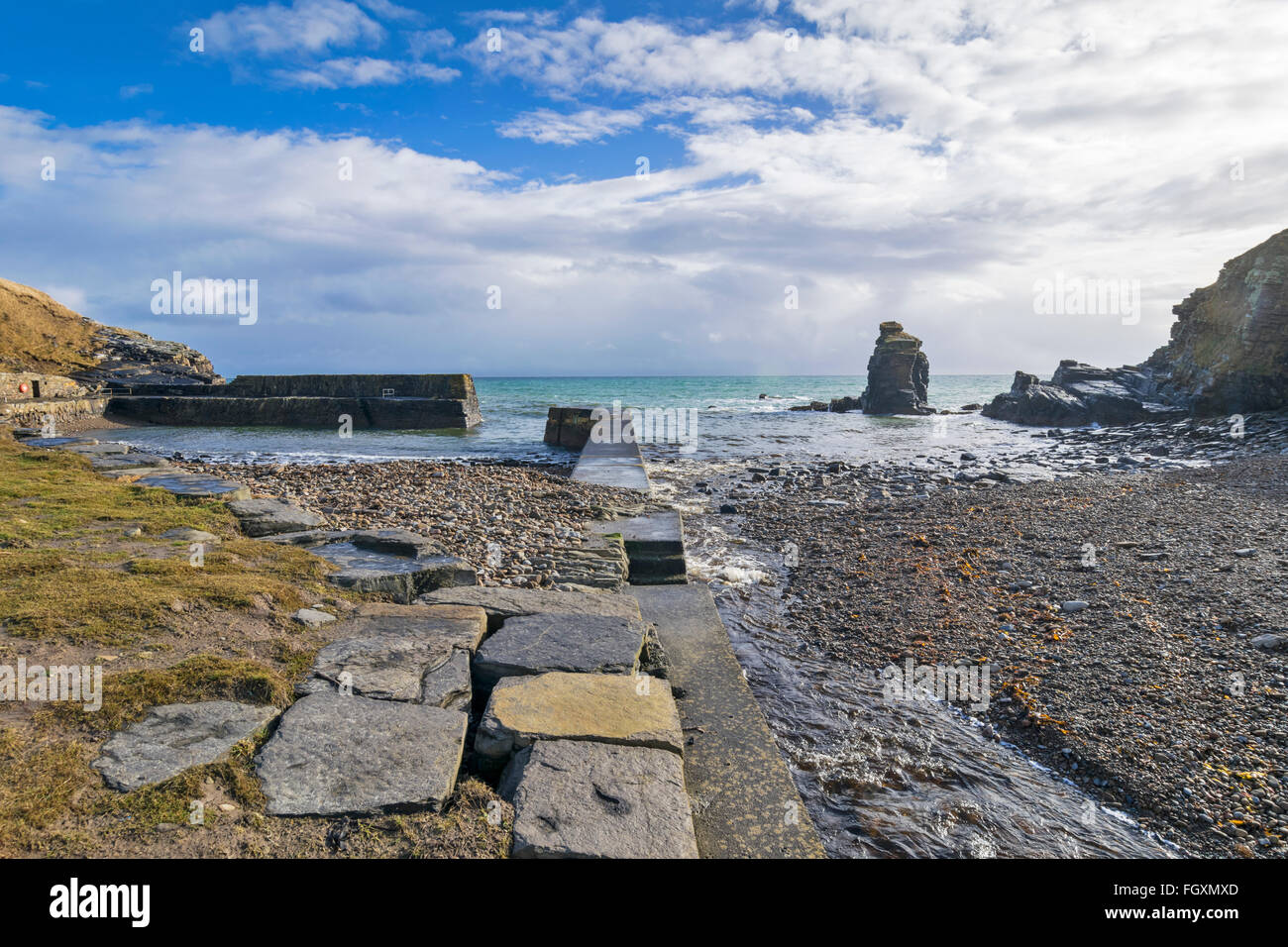 LATHERONWHEEL HARBOUR CAITHNESS SCOTLAND THE LATHERONWHEEL RIVER RUNNING ALONGSIDE THE HARBOUR WALL TO ENTER THE - Stock Image