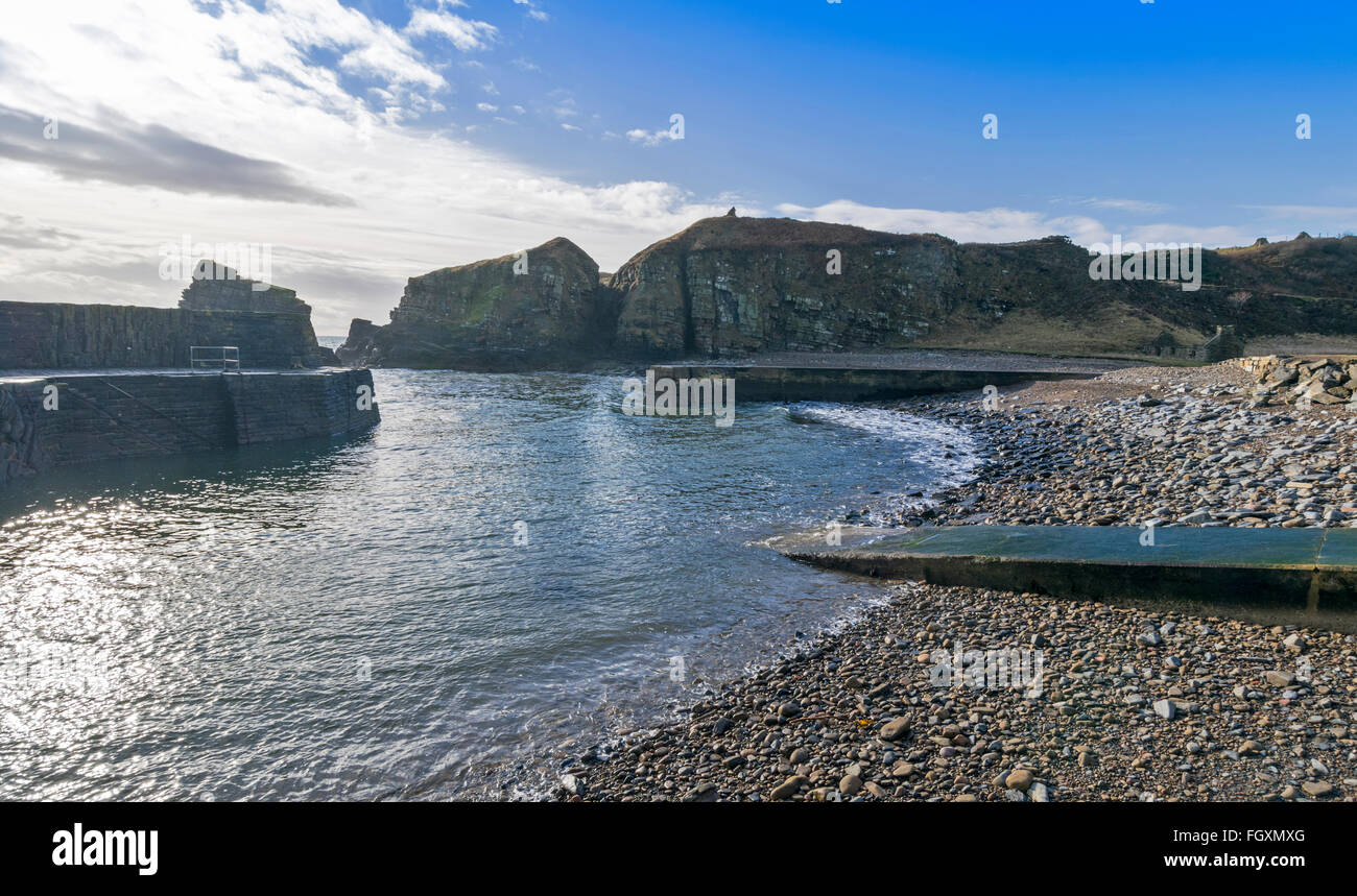 LATHERONWHEEL HARBOUR CAITHNESS SCOTLAND WINDSWEPT RUGGED HARBOUR AND COVE WITH SLIPWAY - Stock Image
