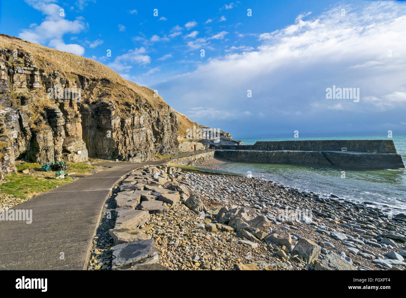 LATHERONWHEEL HARBOUR THE QUAY AND ROCKY SHORELINE CAITHNESS SCOTLAND - Stock Image