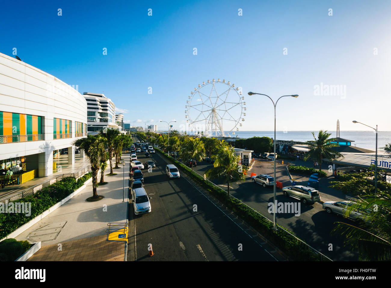 The exterior of the Mall of Asia and ferris wheel, in Pasay, Metro Manila, The Philippines. - Stock Image