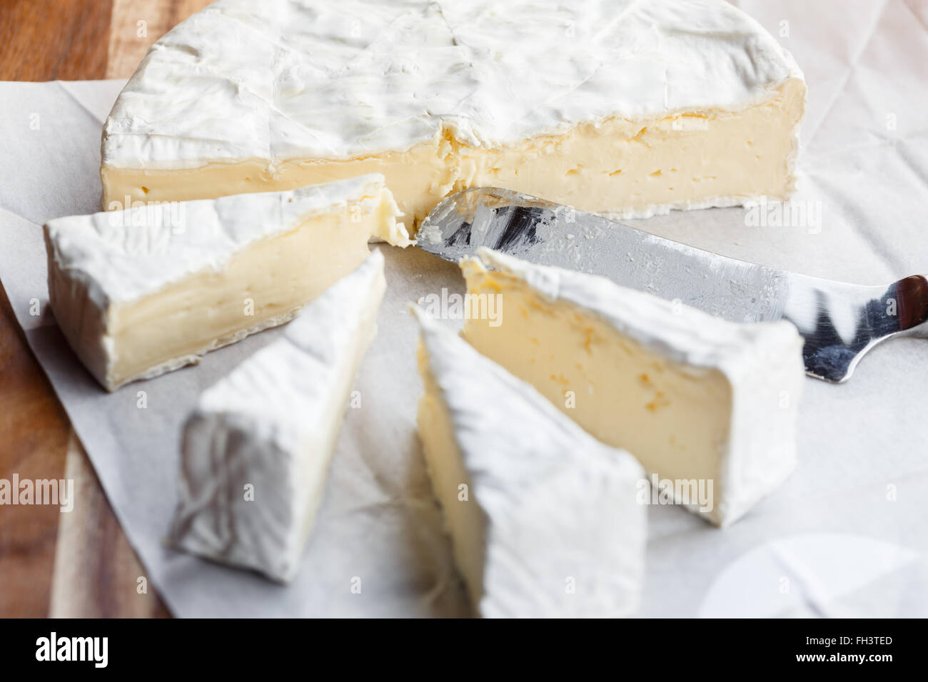 Fresh Brie cheese and slices - Stock Image