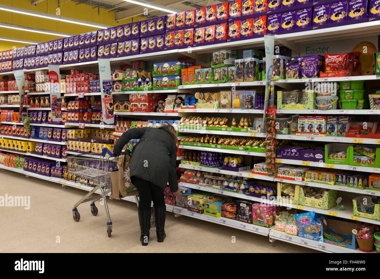 Chocolate aisle supermarket stock photos chocolate aisle supermarket aisle full of easter eggs tesco evesham worcestershire england united negle Images