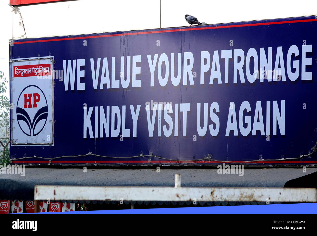 Welcome signage board of the major Indian Oil producing company - HP, Hindustan Petroleum - at a Petrol Station - Stock Image