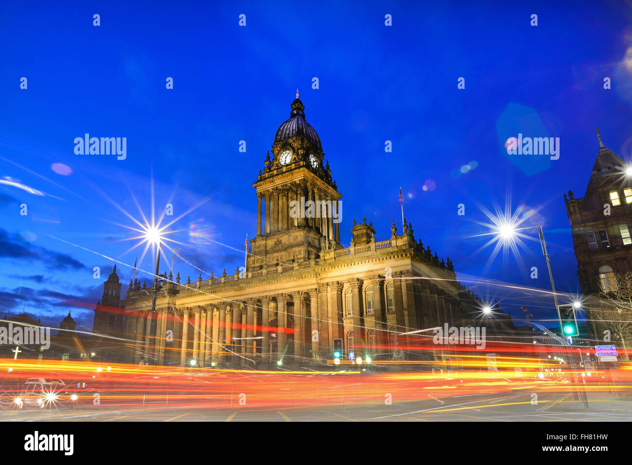 nightime traffic passing leeds town hall built in 1858 designed by cuthbert brodrick leeds yorkshire uk - Stock Image