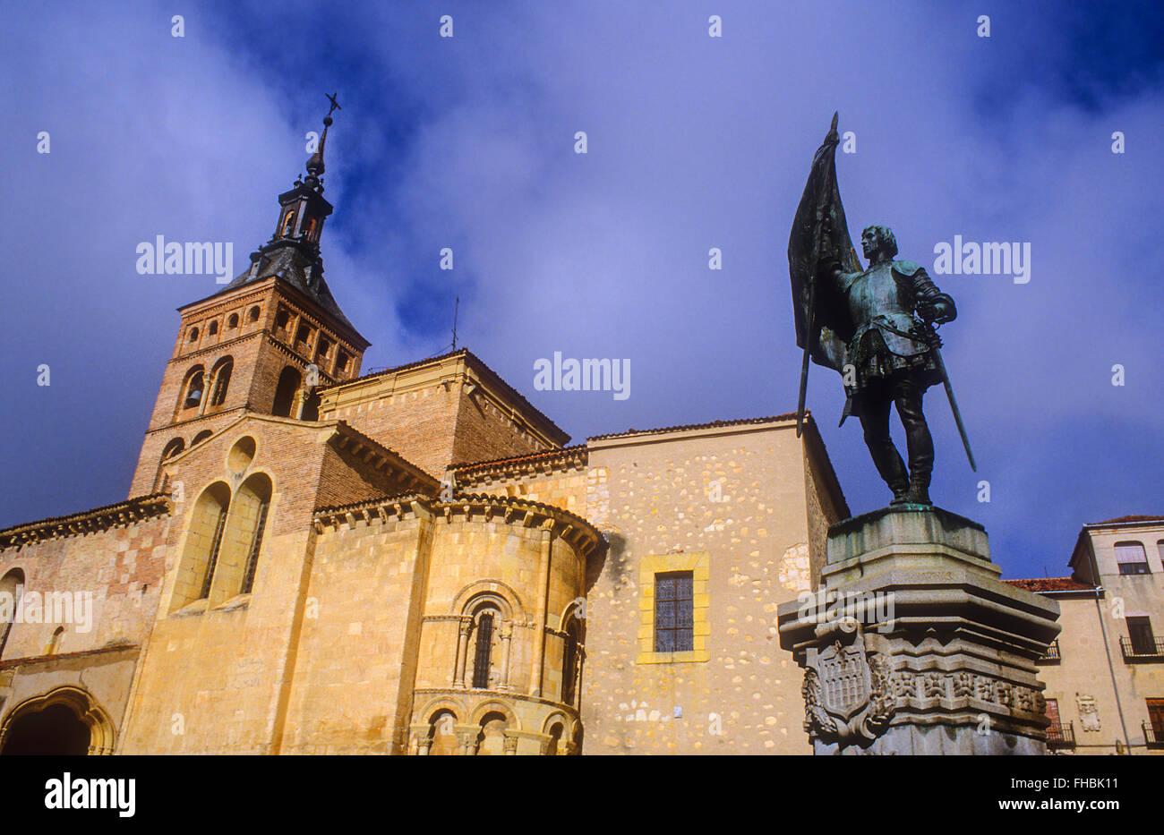 Plaza de Medina del Campo,with monument to Juan Bravo and San Martín church, Segovia, Castilla-Leon, Spain - Stock Image
