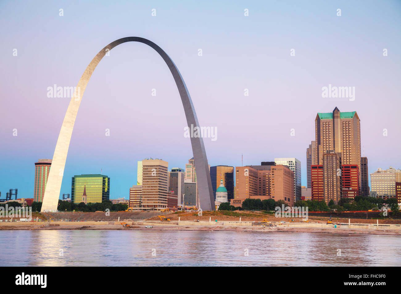 Downtown St Louis, MO with the Old Courthouse and the Gateway Arch at sunrise - Stock Image