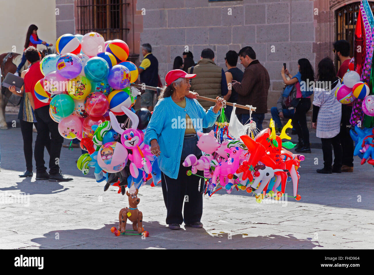 Woman selliing balloons in the Jardin - SAN MIGUEL DE ALLENDE, MEXICO - Stock Image