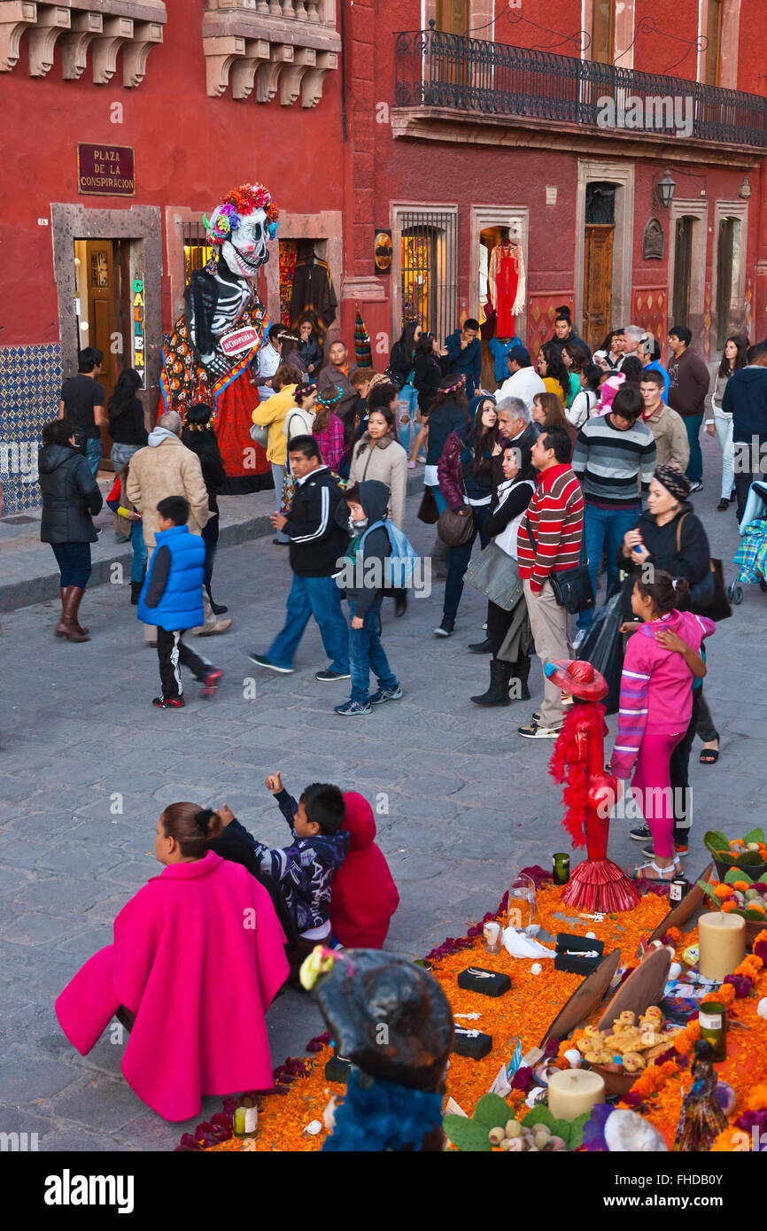 An ALTAR and crowd in the JARDIN during DAY OF THE DEAD 2014 -  SAN MIGUEL DE ALLENDE, MEXICO - Stock Image