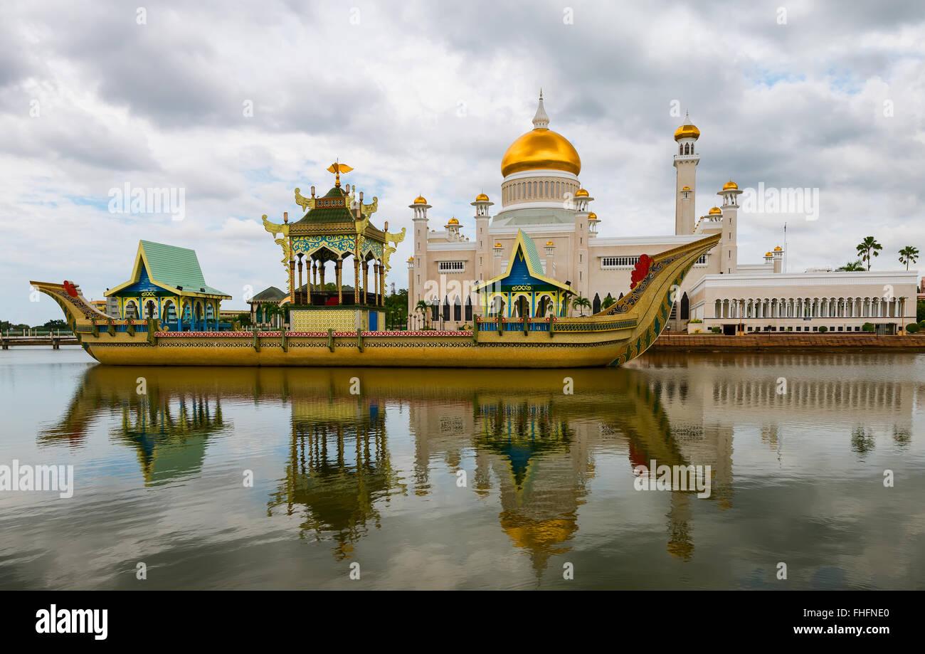 Masjid Sultan Omar Ali Saifuddin Mosque and royal barge in BSB, Bandar Seri Begawan, Brunei. Stock Photo