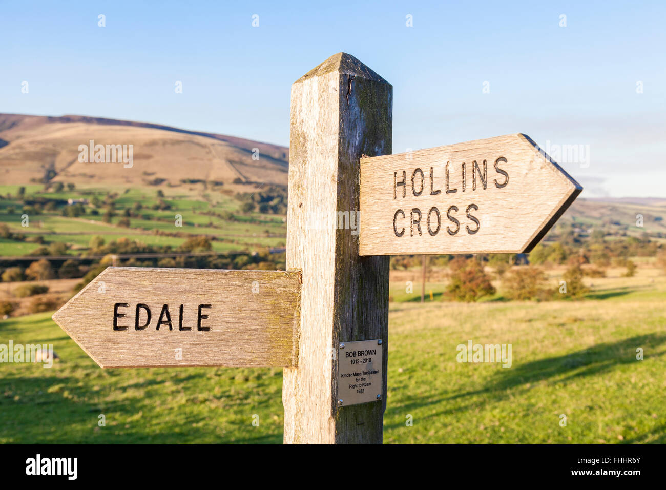 Footpath sign for Edale and Hollins Cross with memorial plaque to Bob Brown, Kinder Scout mass trespasser, Derbyshire, - Stock Image