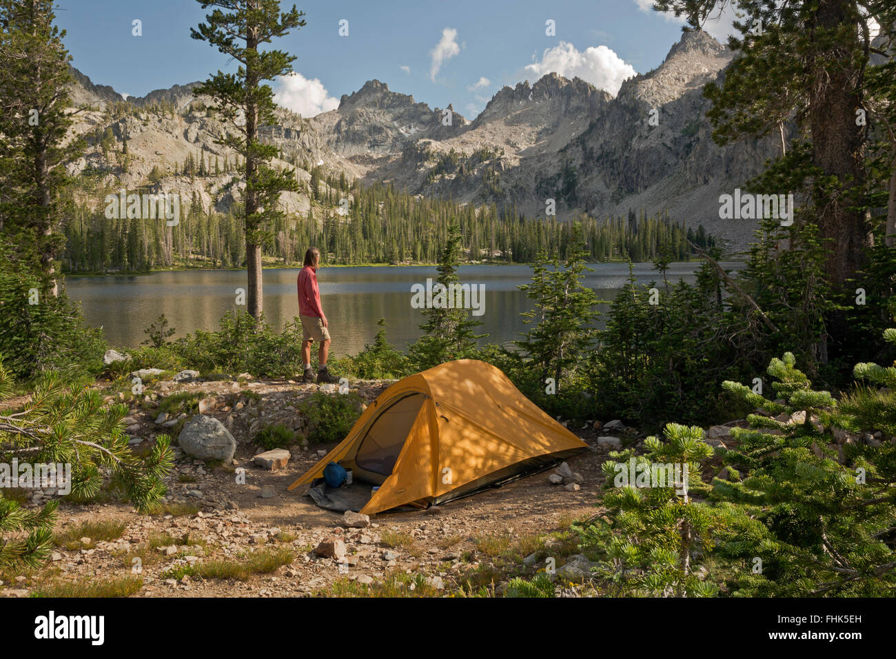 ID00431-00...IDAHO - Hiker at campsite at Alice Lake in the Sawtooth Wilderness Area. - Stock Image