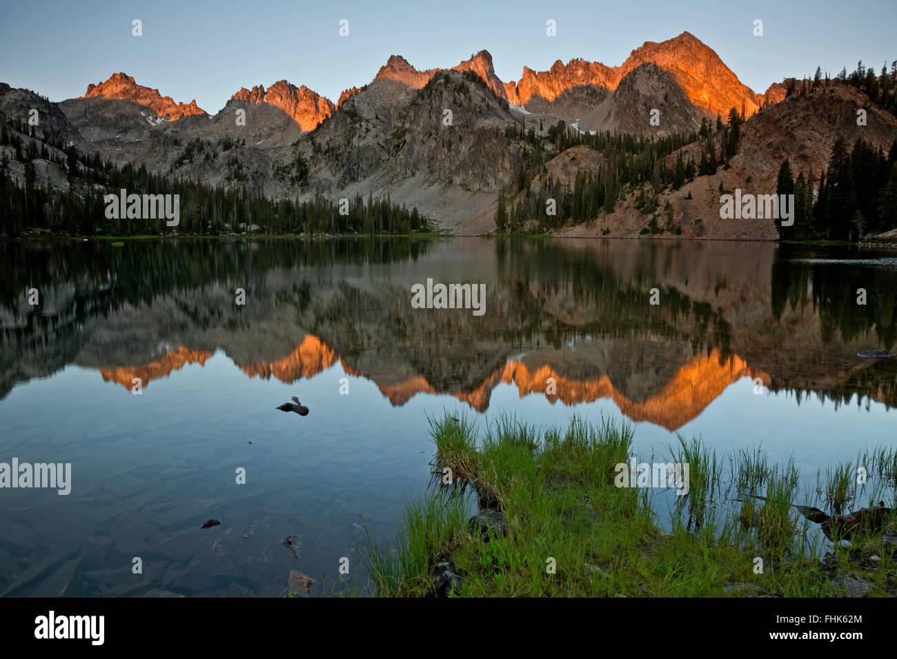 ID00441-00...IDAHO - Sunrise at Alice Lake in the Sawtooth Wilderness Area. - Stock Image