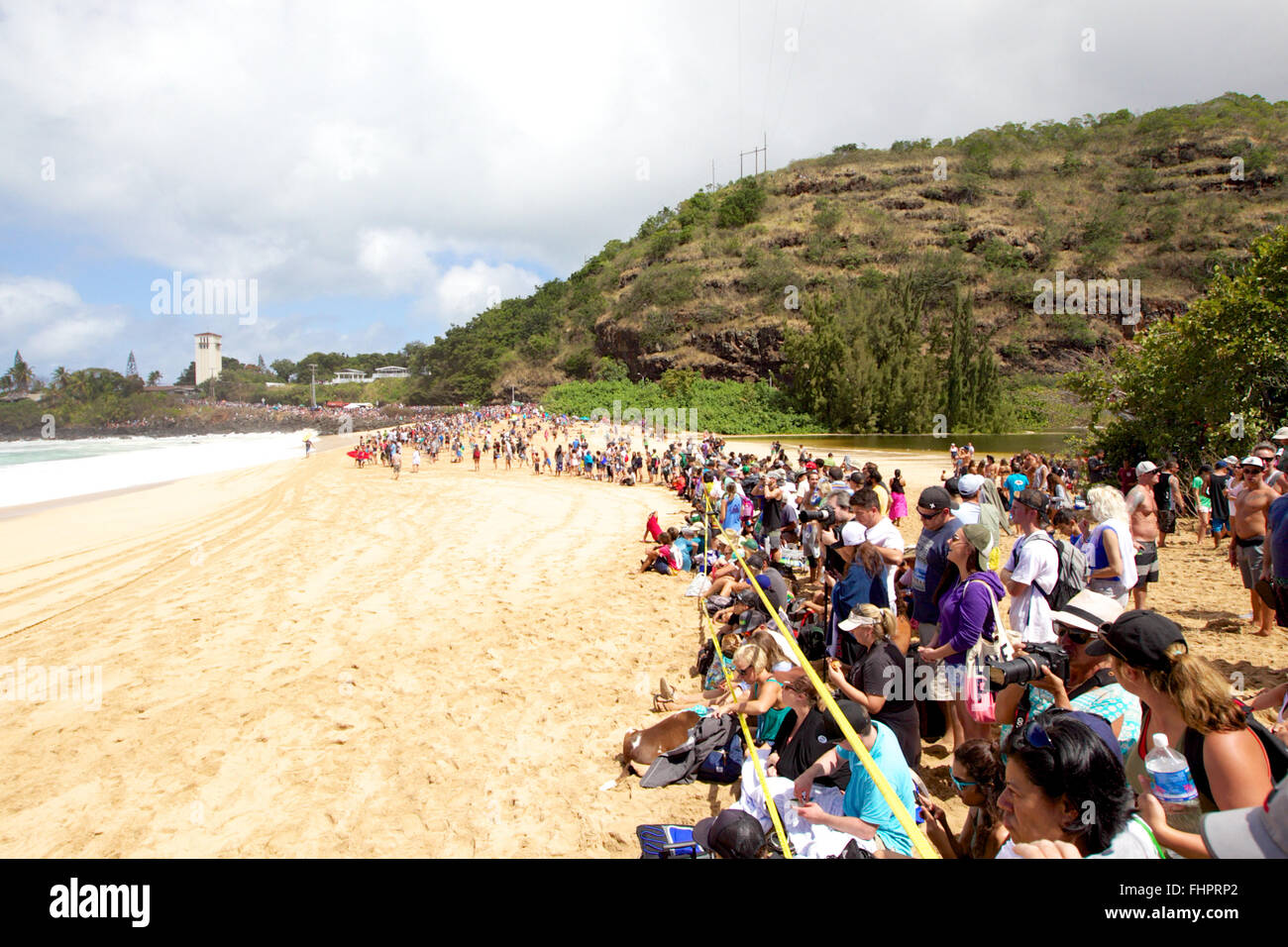 Haleiwa, Hawaii, USA. 25th February, 2016. February 25, 2016 - The crowd was estimated at 15,000 on the beach during Stock Photo