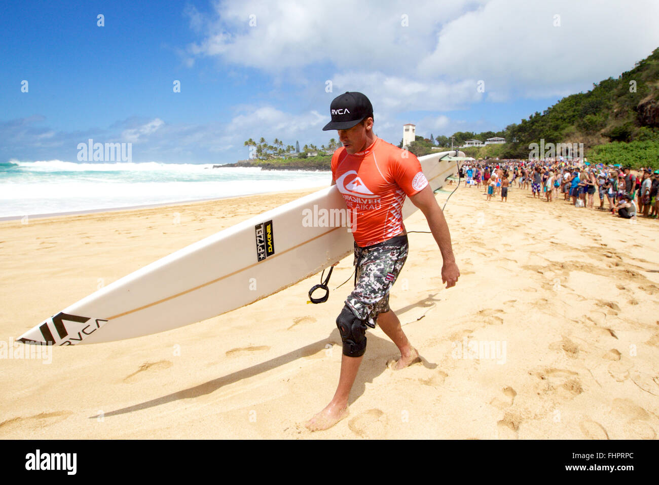 Haleiwa, Hawaii, USA. 25th February, 2016. February 25, 2016 - Bruce Irons walking the beach after his heat during - Stock Image