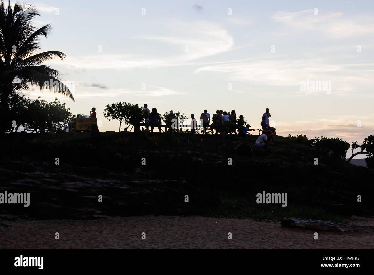 Tourists contemplating a sunset viewpoint in Ponta do xareu in Praia da Concha - Stock Image