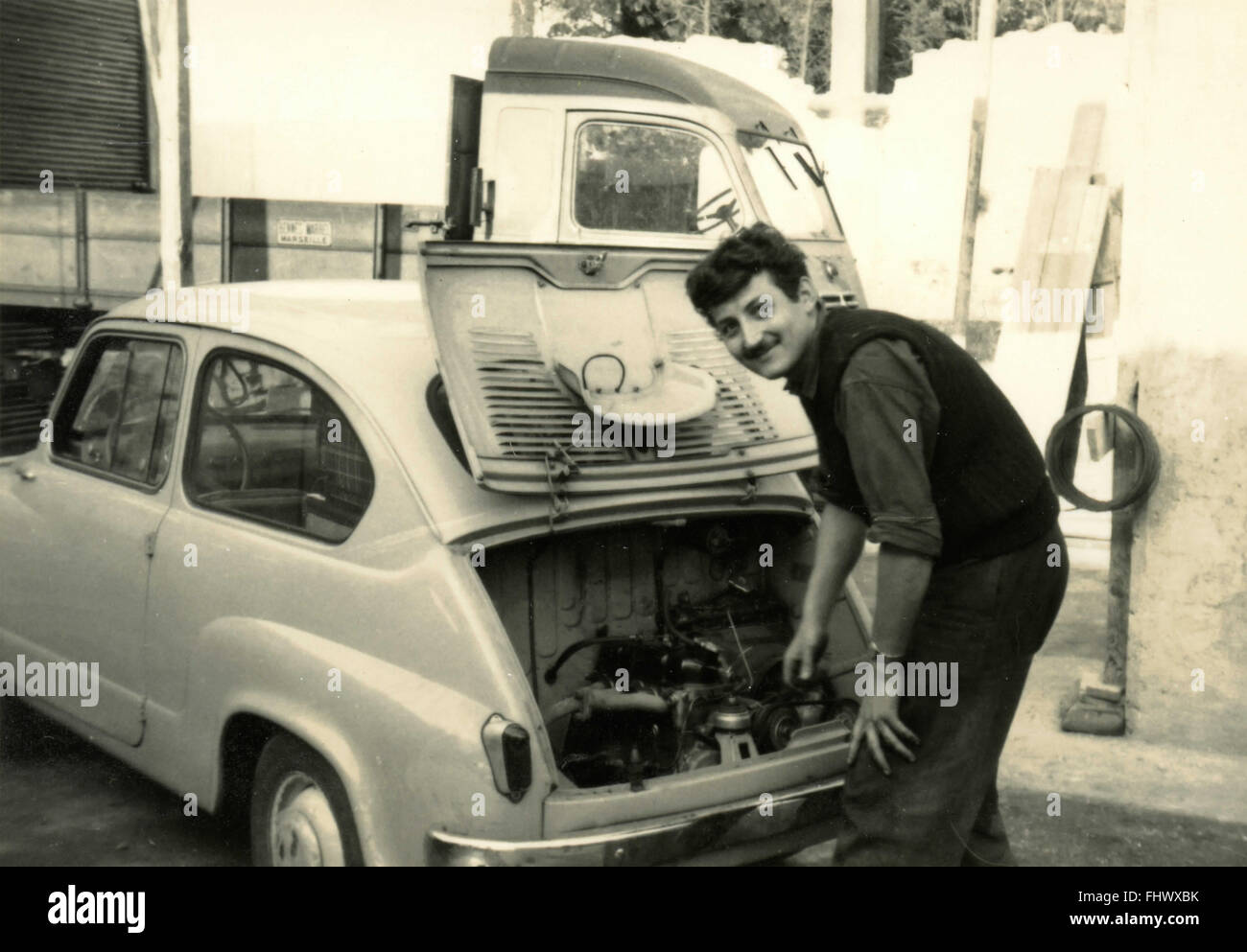 Adjusting the FIAT 600 fails, Italy - Stock Image