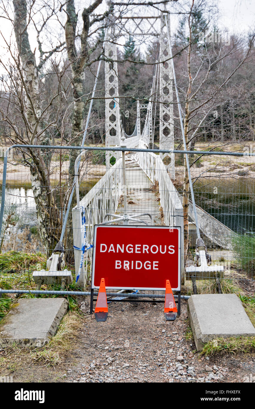BALLATER  ABERDEENSHIRE RIVER DEE FLOOD DAMAGE THE CAMBUS O' MAY WHITE SUSPENSION BRIDGE BADLY DENTED AND TORN - Stock Image