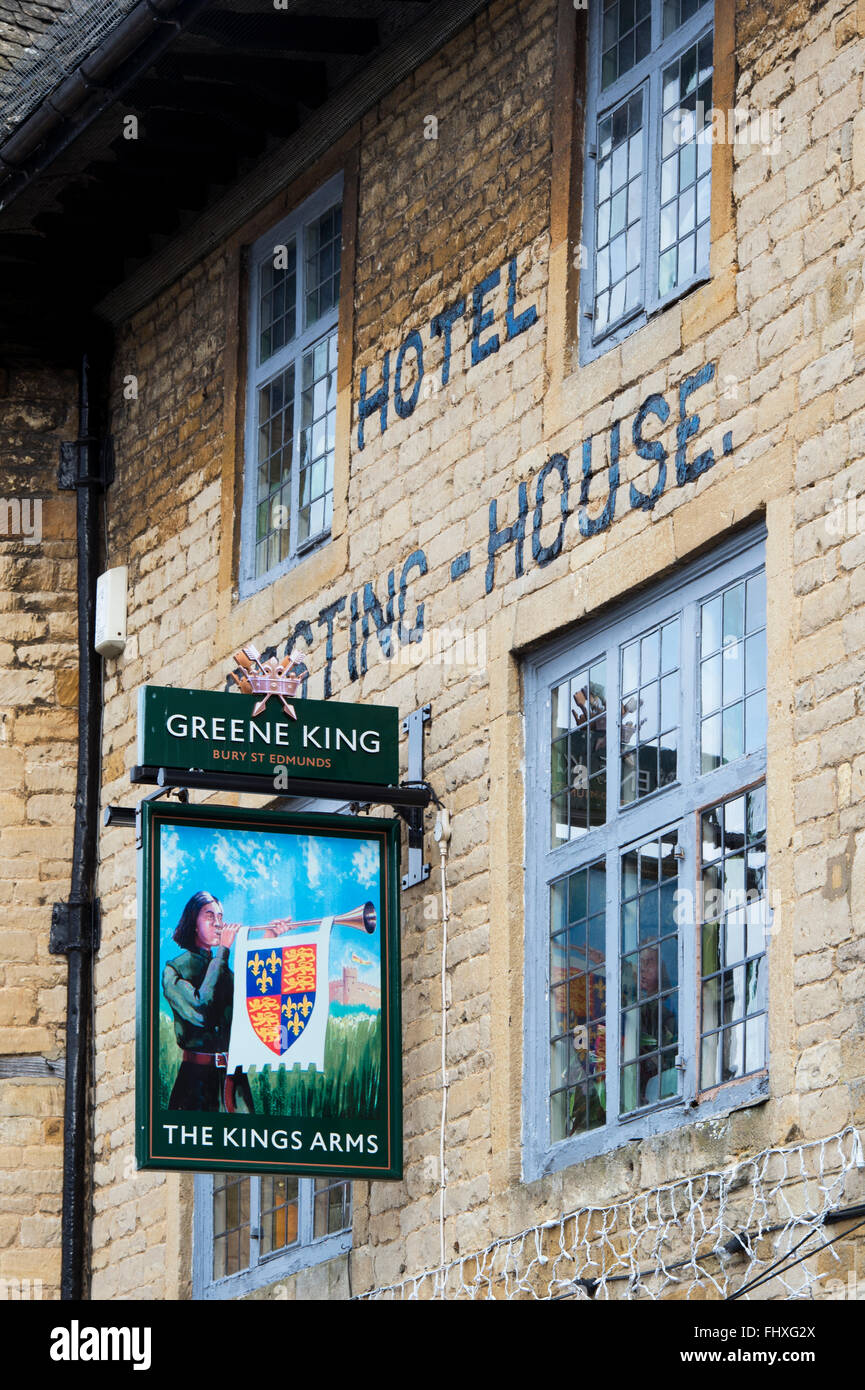 The Kings Arms sign and Posting house hotel, Stow on the Wold, Gloucestershire, Cotswolds, England - Stock Image