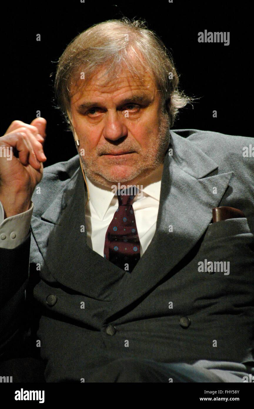 """Josef Bierbichler - Theaterproduktion """"Holzschlachten. Ein Stueck Arbeit"""" (Idee, Konzept und Regie: Josef Bierbichler), Schaubue Stock Photo"""