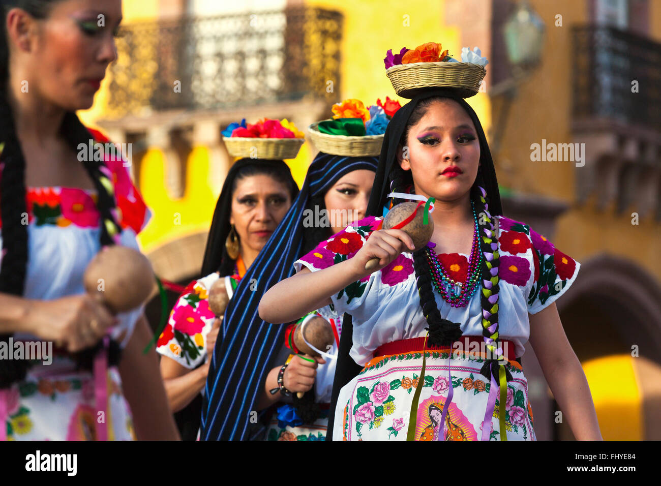 DANCERS perform in the Jardin or Central Square during the annual FOLK DANCE FESTIVAL - SAN MIGUEL DE ALLENDE, MEXICO - Stock Image
