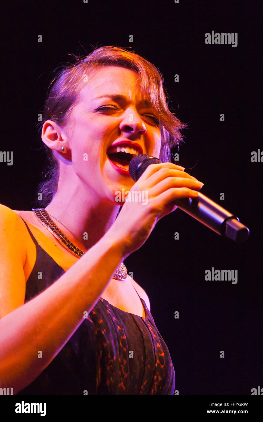 BECCA STEVENS sings for BILLY CHILDS on the main stage of the MONTEREY JAZZ FESTIVAL - Stock Image