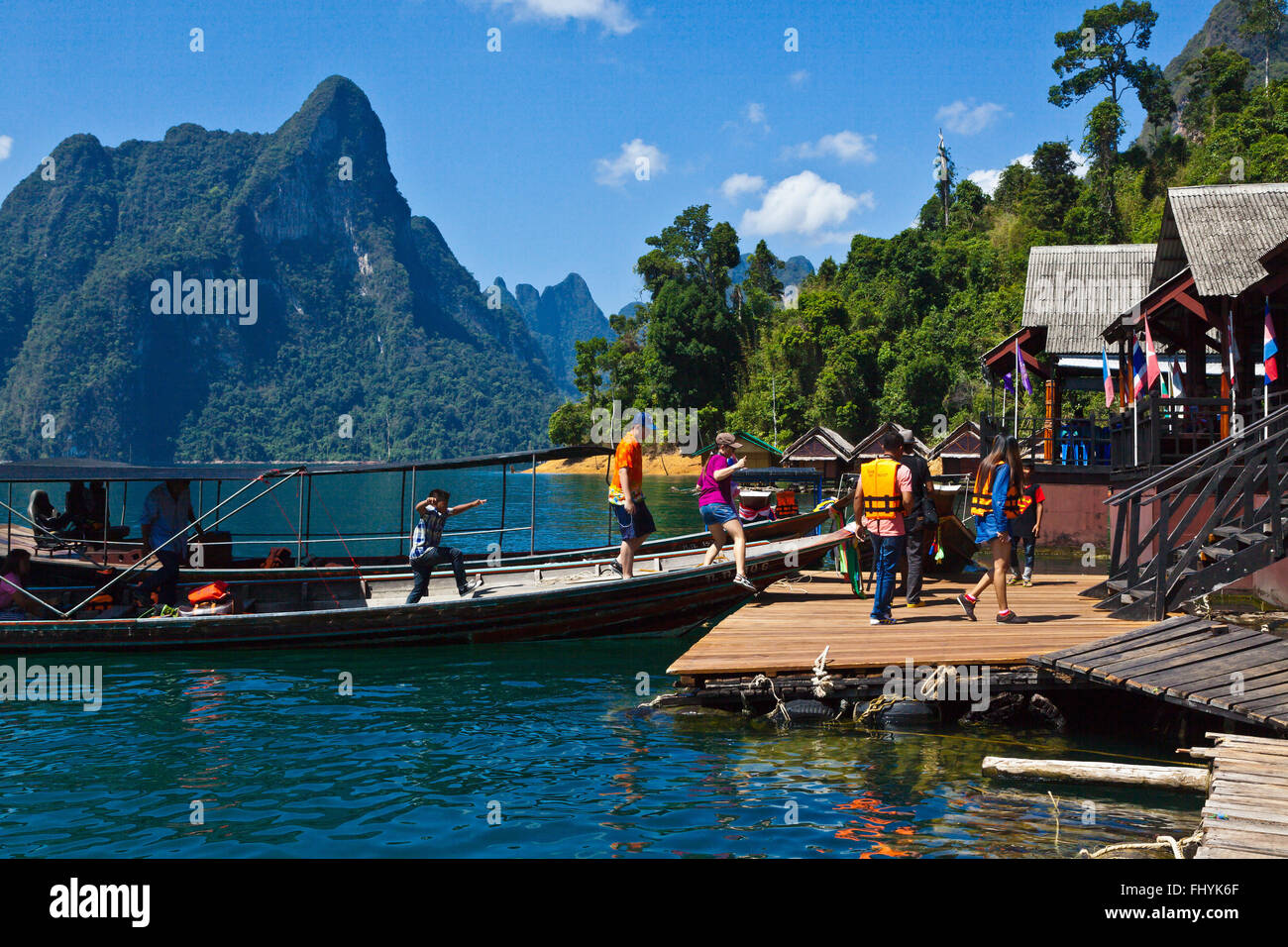 Guests arrive at NANG PRAI RAFT HOUSE on CHEOW EN LAKE in the KHAO SOK NATIONAL PARK - THAILAND - Stock Image
