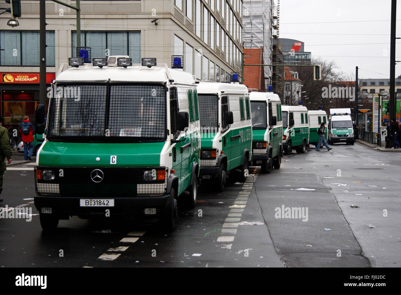 Polizeiwagen - Impressionen von der Demonstration 'Wir zahlen nicht fuer Eure Krise', 28. Maerz 2009, Berlin - Stock Image