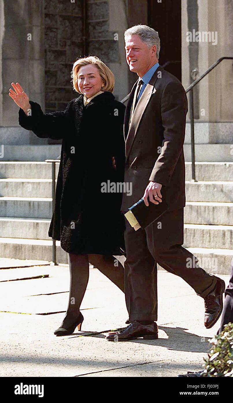 WAP98012501 - 25 JANUARY 1998 - WASHINGTON, DC, USA: President and Mrs. Clinton wave to photographers, January 25, - Stock Image