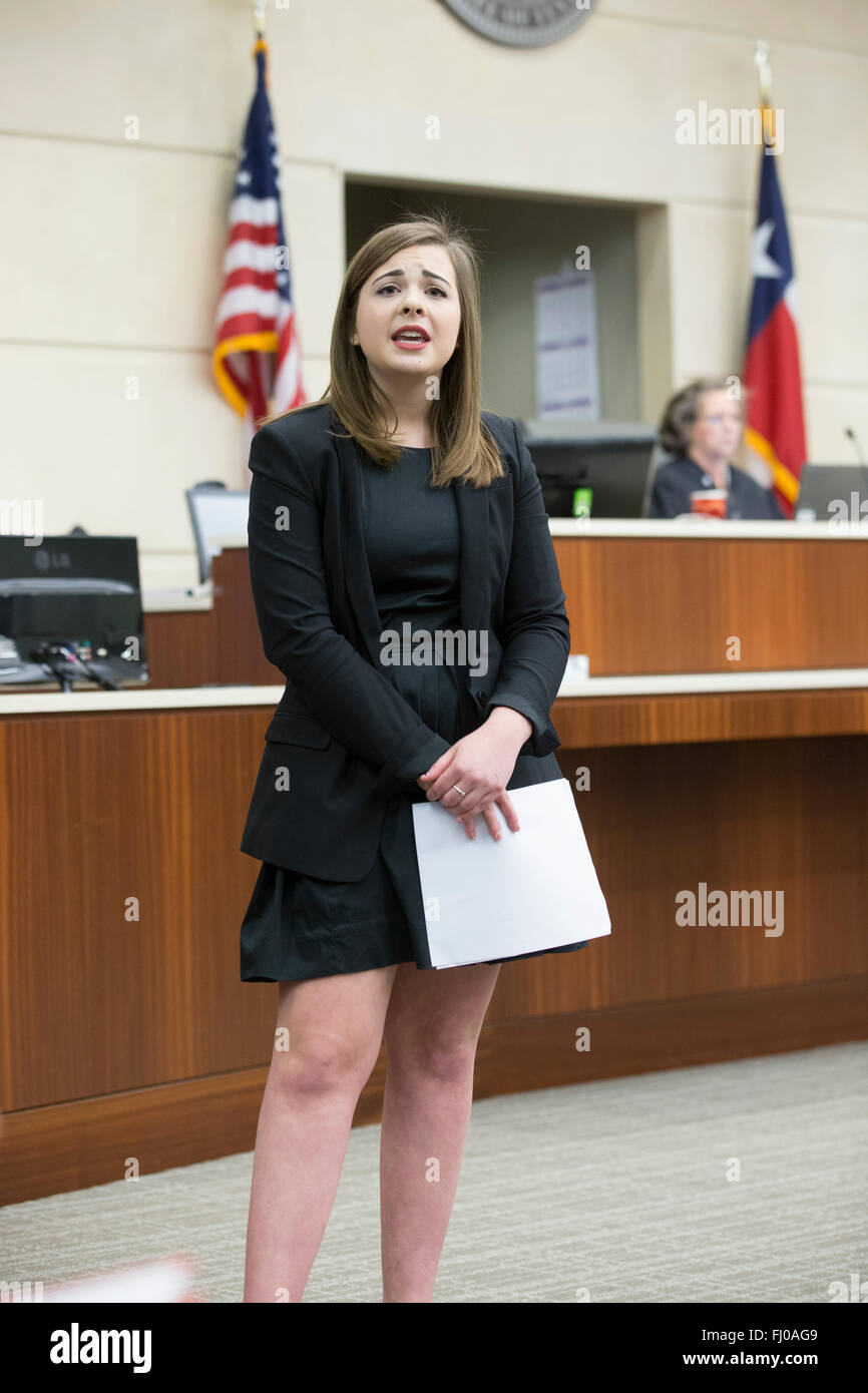 Teen posing as defense attorney makes closing statement during mock trial for high school students in a Texas courtroom - Stock Image