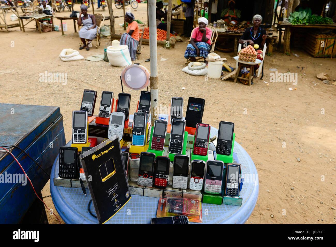 KENYA, Bukura, street vendoor selling mobile phones of Nokia, Tecno, oking / KENIA, County Kakamega, Bukura, Markt - Stock Image