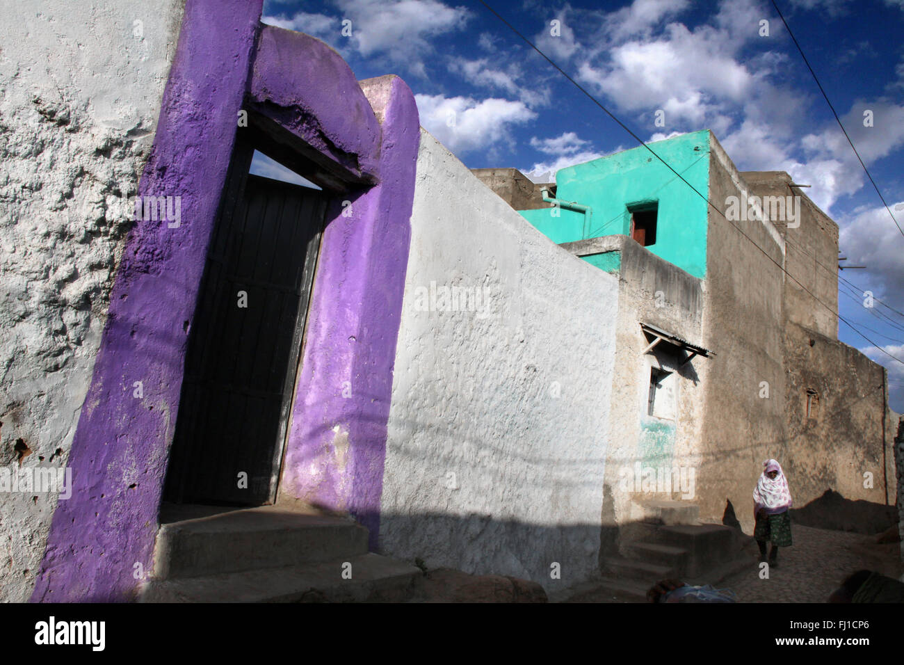A woman walk in the old city of Harar , Ethiopia , with its stunning architecture - Stock Image