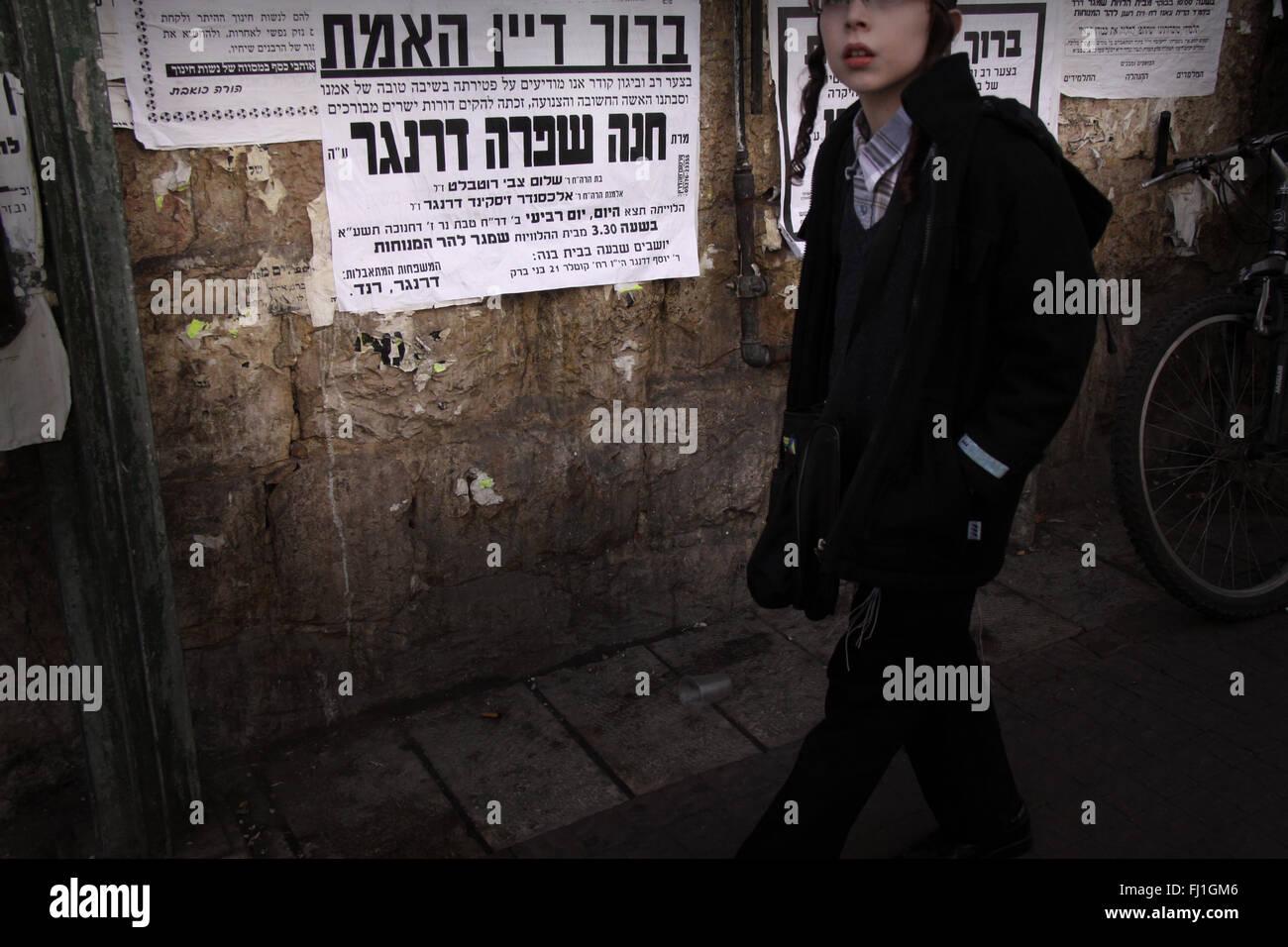 15e8775ced Ultra Orthdox Jewish people in Mea Shearim neighborhood in Jerusalem ,  Israel - Stock Image