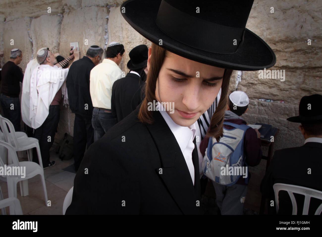Hardedim man (Ultra orthodox Jew) at the Western Wall / Wailing Wall , Jerusalem , Israel - Stock Image