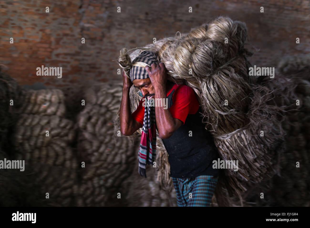 Narayangonj, Bangladesh. 27th Feb, 2016. A worker is working in a Jute Mill. © Mohammad Ponir Hossain/ZUMA - Stock Image