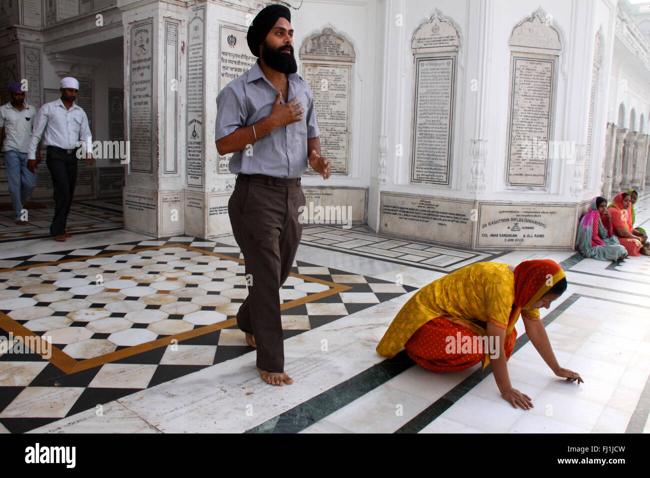 Sikh pilgrims  pray at the Golden temple, Amritsar , India - Stock Image