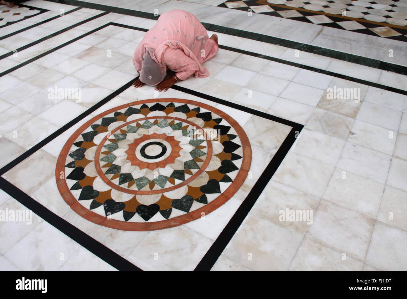 Sikh pilgrim  prays at the Golden temple, Amritsar , India - Stock Image
