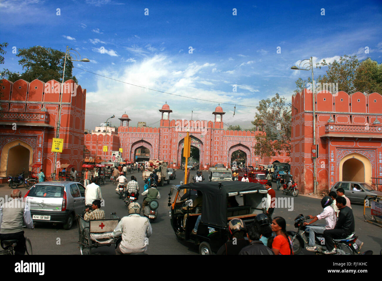 Chaotic traffic at the entrance of the old city of  Jaipur, India - Stock Image