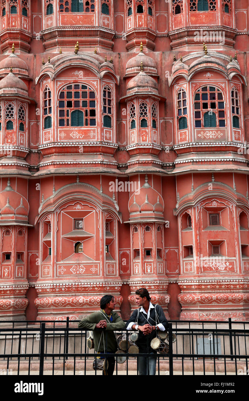 Two men are talking in front of Hawa Mahal – 'Palace of Winds' Jaipur, India - Stock Image