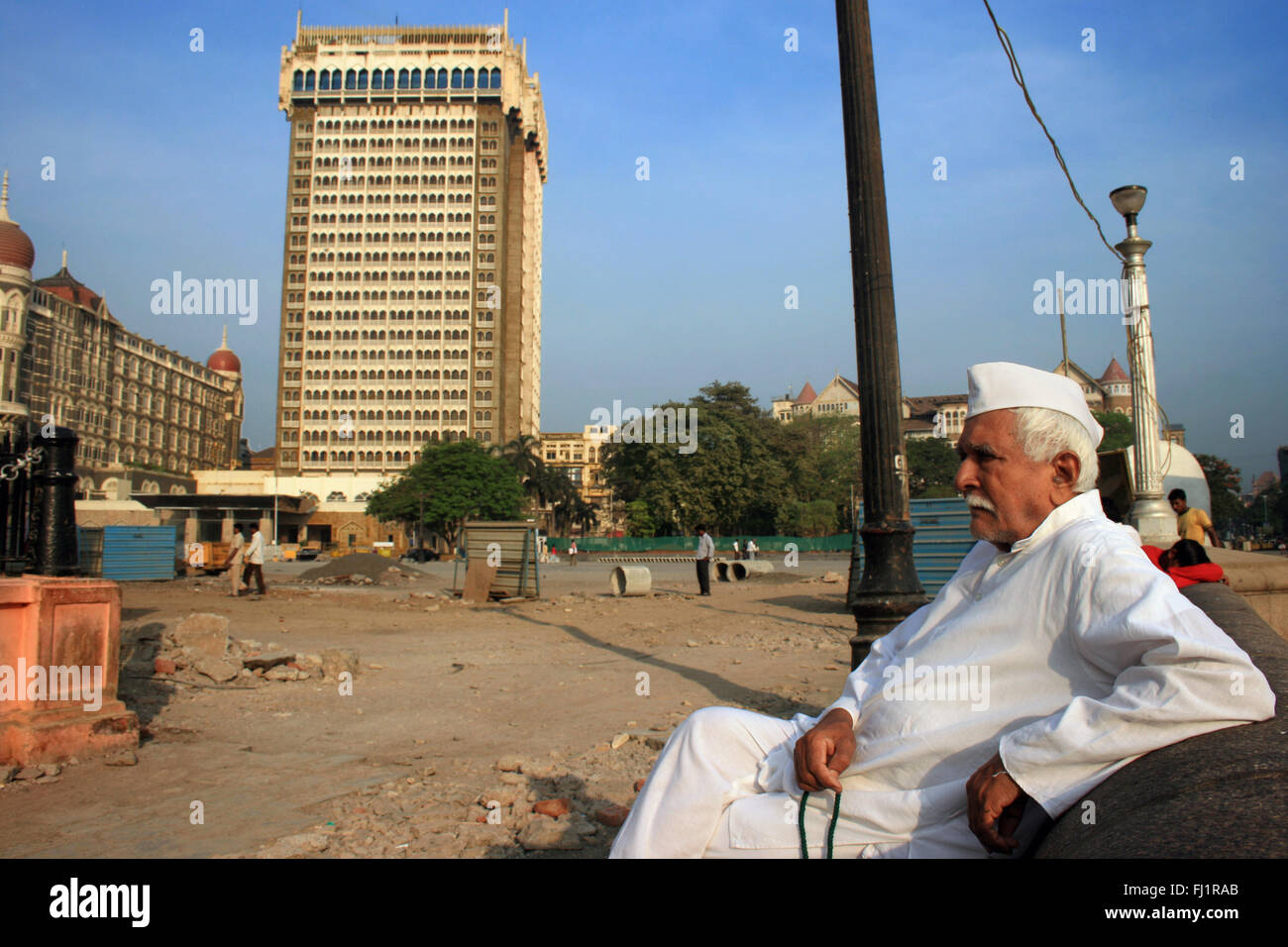 Man in front of Taj Mahal palace Hotel, Colaba, Mumbai, India - Stock Image