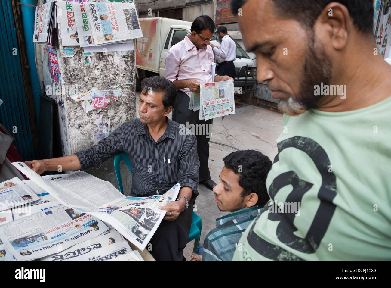 Men read newspapers in Dhaka , Bangladesh - Stock Image