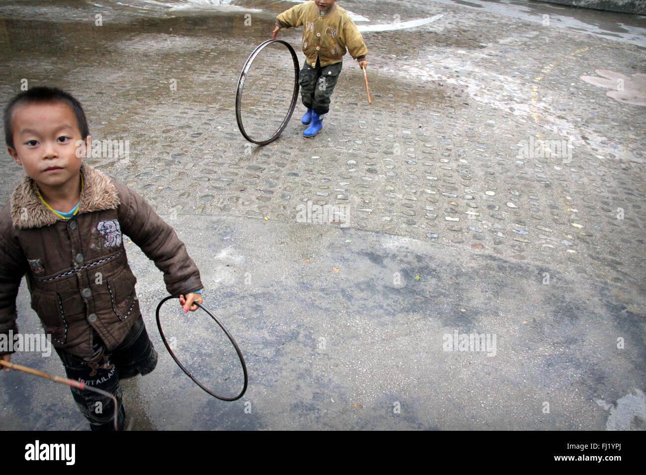 Kids playing in  Shiqiao village, Guizhou, China - Stock Image